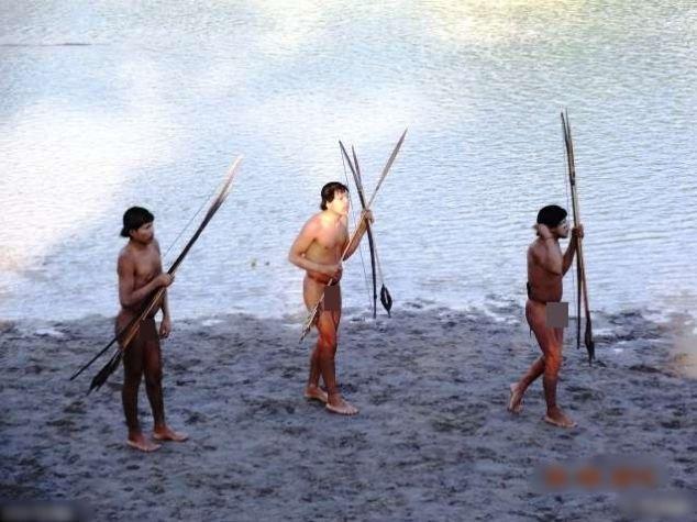 秘鲁土著手持弓箭