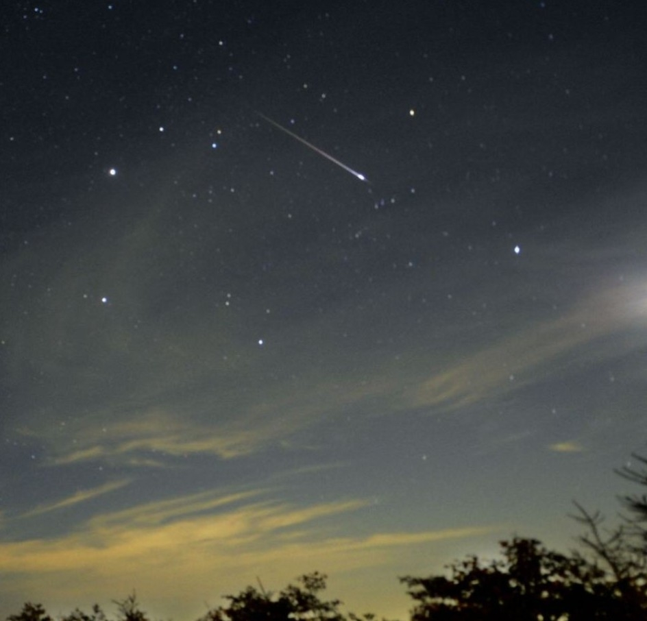 天空 英仙座流星雨/2012年8月出现的英仙座流星雨(神秘的地球插图)