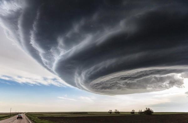 """美国《国家地理杂志》公布本年度摄影比赛得奖作品 超级细胞风暴""""独立日""""夺冠"""