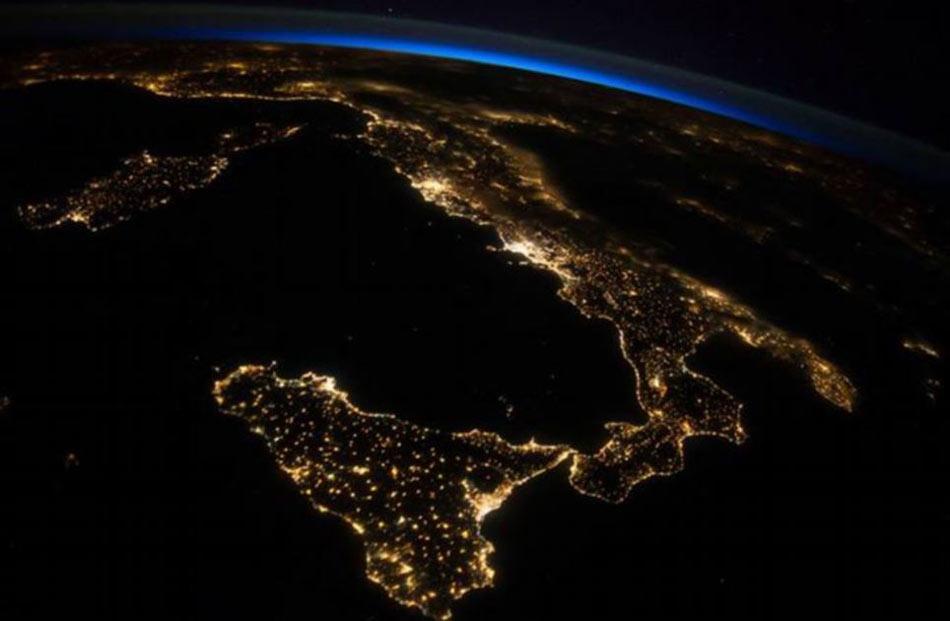 国际空间站宇航员在外太空拍摄的地球壮观夜景