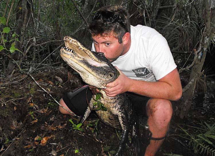 美国加州26岁男子福瑞斯特·加兰特与鳄鱼拍照