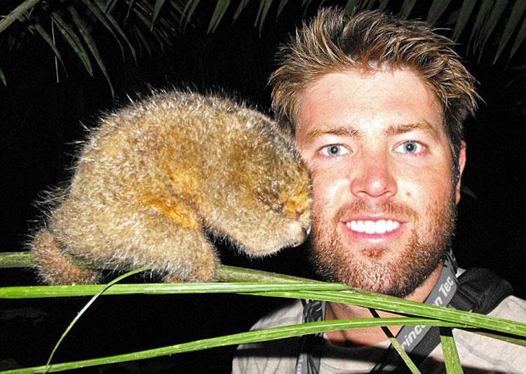 美国加州26岁男子福瑞斯特·加兰特与侏儒食蚁兽拍照。