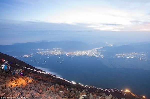 英国摄影师在日本拍下日出时富士山投下巨大阴影的震憾照片