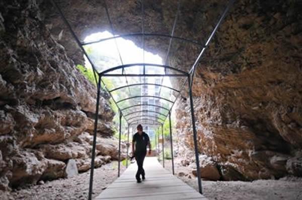 周口店遗址公园内,游客在参观猿人洞。目前,此处遗址保护方案已获批,进入项目评审阶段。