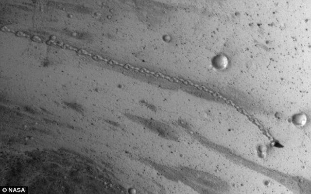 美国宇航局火星轨道勘测器最新拍摄到火星表面一块神秘巨石500米移动轨迹