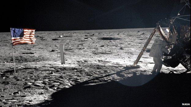 美国1969年成功登月标志着与苏联太空竞争的一大胜利