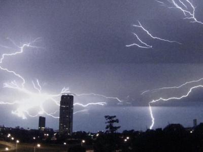 美国德克萨斯州遭雷暴天气袭击 休斯顿上空闪电划破夜空