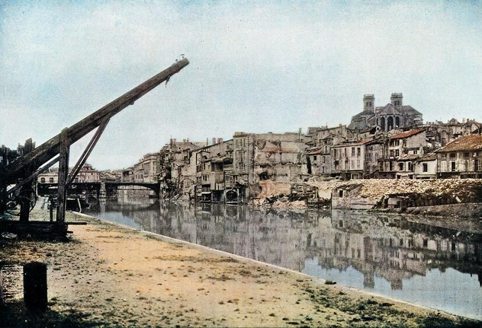 图片中战后破败的凡尔登倒映在默兹河中。