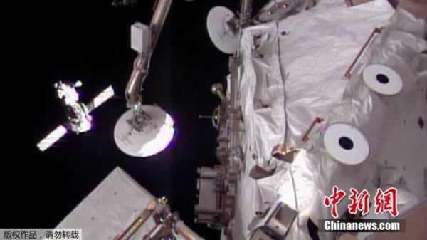 """资料图:当地时间2014年3月27日,俄罗斯""""联盟TMA-12M""""号飞船完成与国际空间站的对接,三名宇航员进入国际空间站。"""