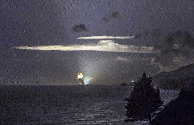 美国载着超音速武器的火箭发射升空后爆炸