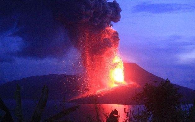 太平洋岛国巴布亚新几内亚东部的塔乌鲁火山爆发