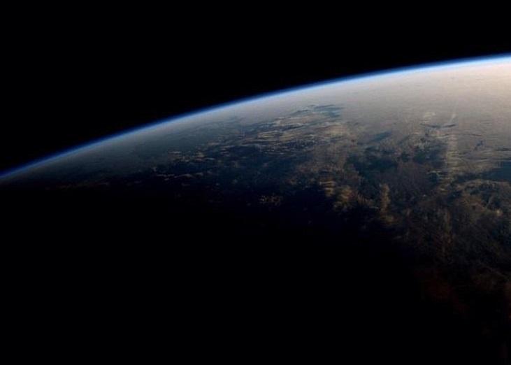 怀斯曼拍下分隔着地球白昼与黑夜晨昏圈