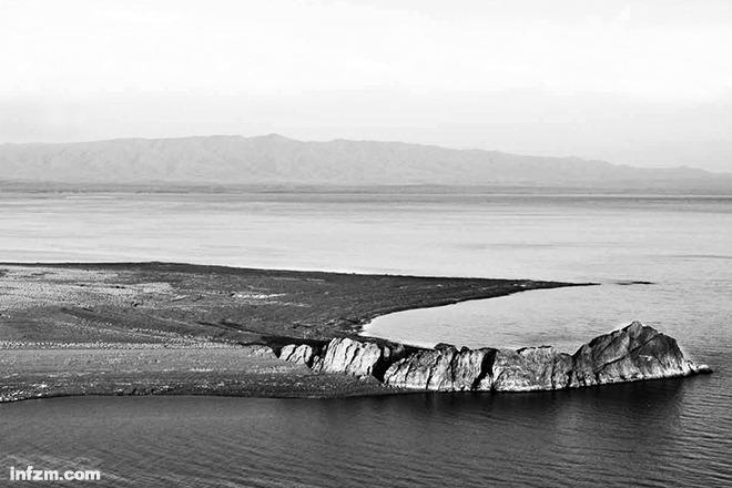 """图尔卡纳湖坐落在东非沙漠之中,当年它曾经历过十多次的干涸消亡与湖水满盈的""""生死循环"""",而我们的祖先正是在这里繁衍进化的。 (南方周末资料图/图)"""