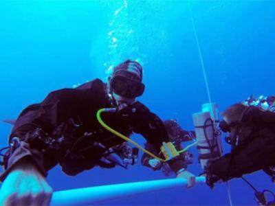 埃及男子潜入305米深海底创世界纪录