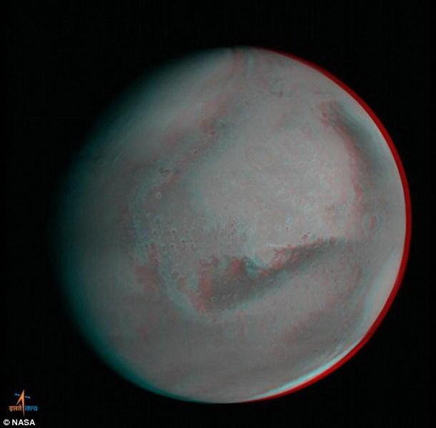 火星轨道任务探测器最新拍摄的照片非常清晰,印度空间研究组织研究人员发布微博称,这就像魔术表演一样!就像是戴着一副3D眼镜观看火星!