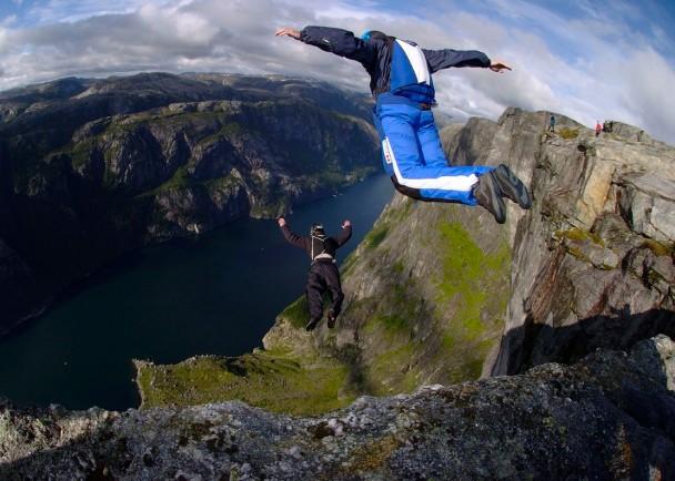 美国一名男子进行定点跳伞时意外跌死。图为定点跳伞活动。