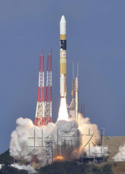 """10月7日下午,搭载新型气象卫星""""向日葵8号""""的H2A火箭从日本鹿儿岛县的种子岛宇宙中心成功发射升空。"""