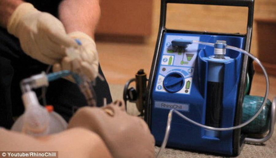 马克-雪弗博士指出,RhinoChill系统(图中所示)可使宇航员处于深度睡眠,通常该技术用于保持患者处于平静,有时会心搏骤停。工作人员将冷却剂注入宇航员鼻孔,