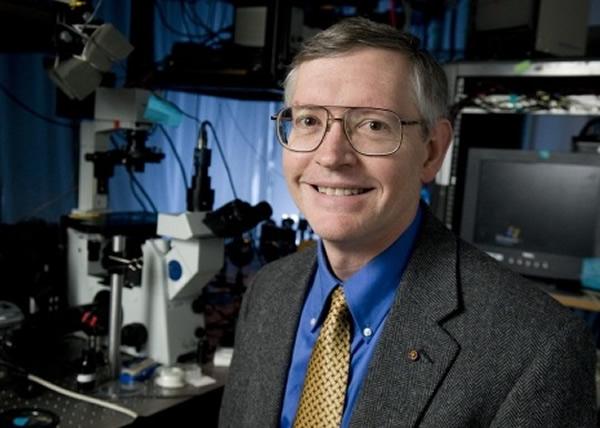 莫尔纳有份为单一分子显微技术上奠基