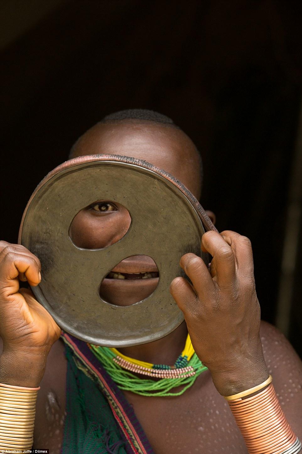 """埃塞俄比亚南部偏远山区中发现""""世界最大唇的女人"""""""