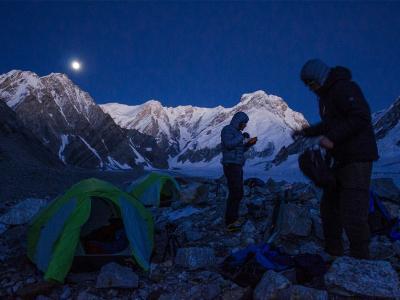 印度曹坎巴峰的月下登山客