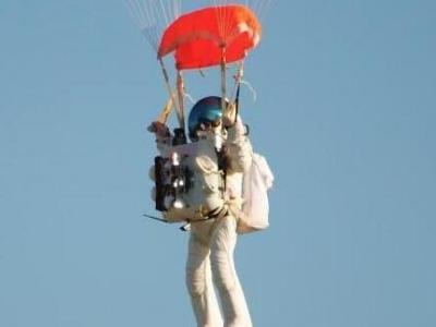 谷歌副总裁4万米高空跳伞 破自由落体世界纪录