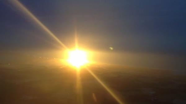 有私人飞机从远处拍到爆炸情形