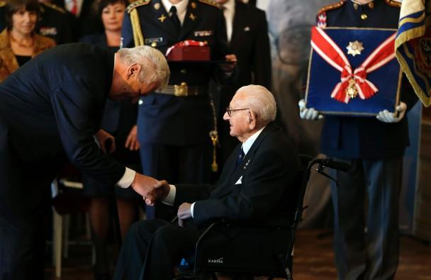 温顿(右)获泽曼(左)亲自颁授白狮勋章