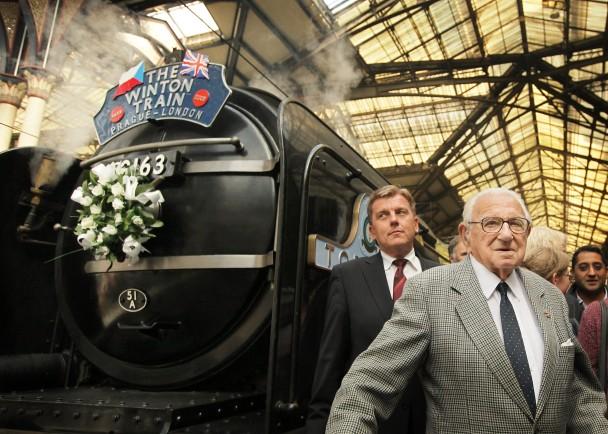 获救者09年重踏当年火车逃亡之旅,与温顿(右)相聚。