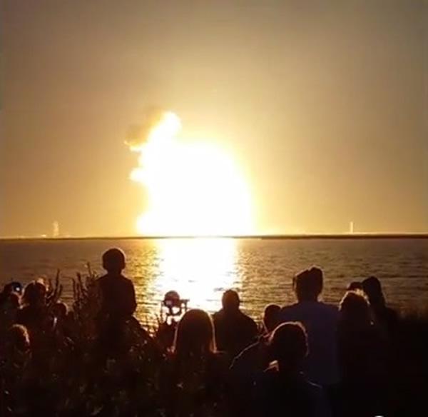 民众目睹火箭爆炸