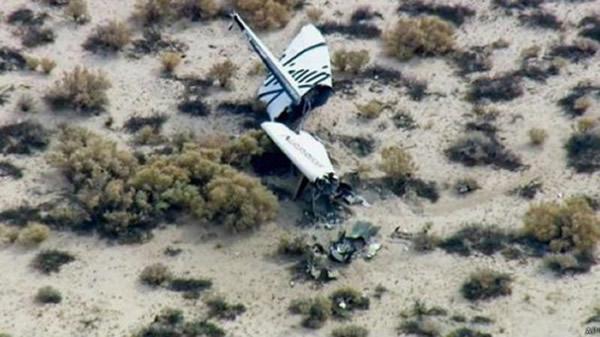 """英国维珍银河公司商业宇宙飞船""""宇宙飞船二号""""在美国加利福尼亚州的沙漠地带坠毁"""