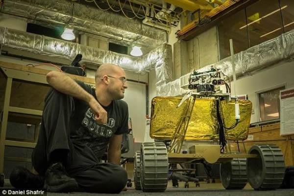 照片显示,安迪号漫游车演示组负责人同时又是工程师的沙菲尔和这个虚拟现实月球探测工具在一起。他们希望2016年将它送上月球。