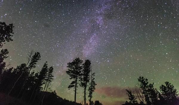 国外拍摄夜空中的银河时目睹巨大火流星