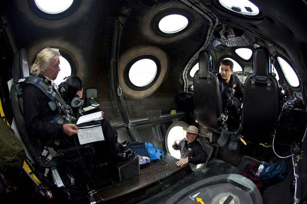布兰森(左)曾进太空船二号驾驶舱视察,西博尔德(右)当时亦在场。