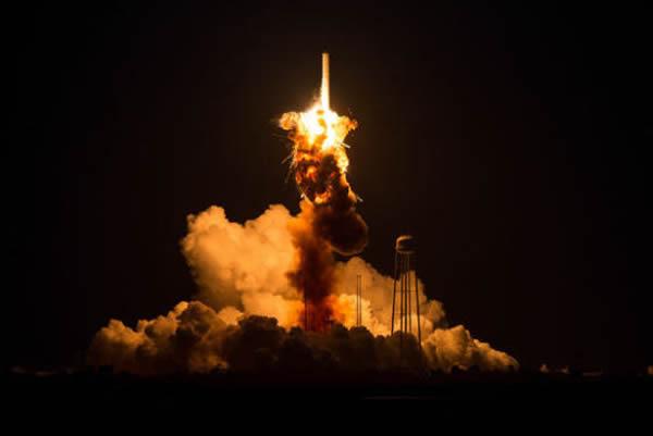 """近日,美国私营的轨道科学公司一枚""""心宿二""""火箭在发射升空后数秒便发生爆炸坠毁。这家公司的火箭使用了50年前的苏联火箭发动机技术,这一事实遭致美国国内舆论质疑和批"""