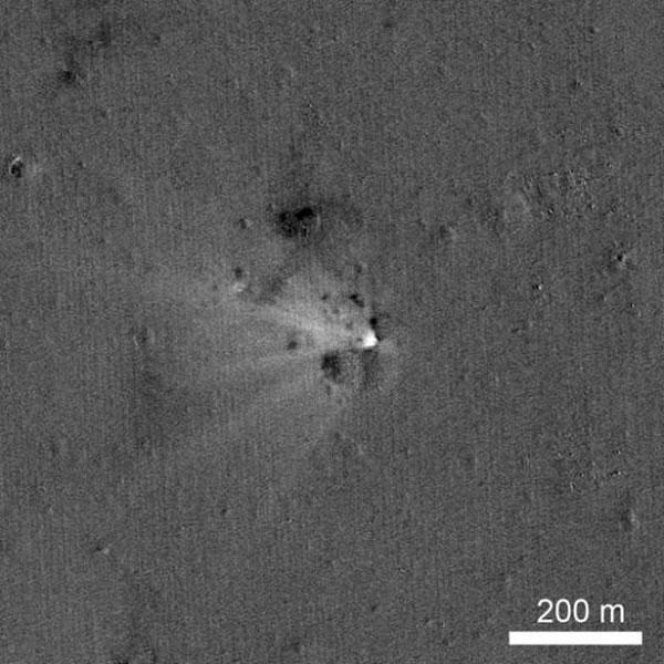 美国宇航局月球勘测轨道器拍摄到2014年4月18日撞击月球的LADEE飞船形成的撞击坑。这张照片实际上是两张照片的合成图像,一张拍摄于撞击之前,另一张则是撞击之