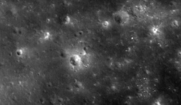 2014年4月18日撞击月面的LADEE探测器形成的撞击坑,在这张照片中是位于中央部分那个稍大陨坑的右上方位置的小小白点。这张图像是由月球勘测轨道器(LRO)拍