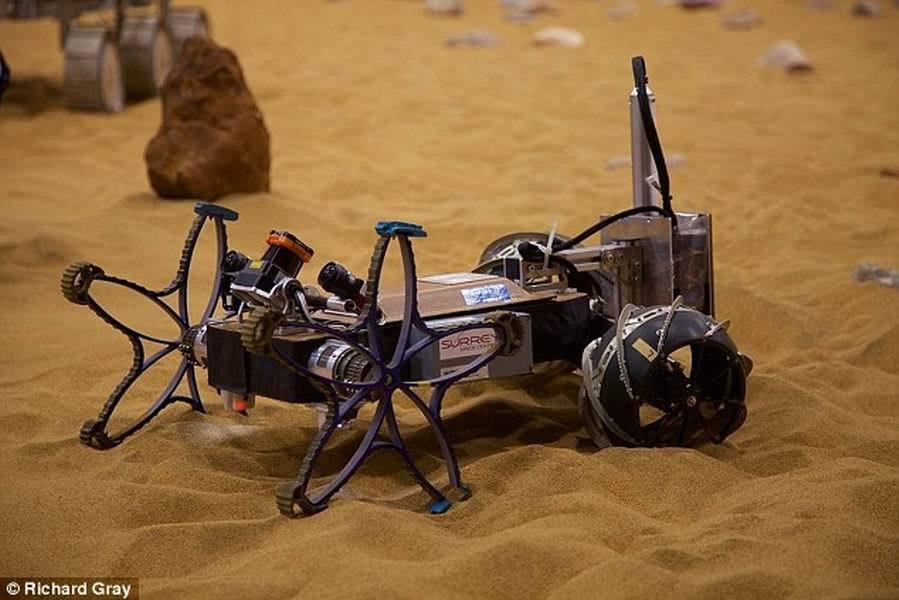 如图所示,这款智能搜索机器人可以在主探测器前方运行,评估火星表面松散沙层和可能具有威胁性的岩石。它使用激光扫描仪和土壤分析设备,能够告诉主探测器前方路径是否安全