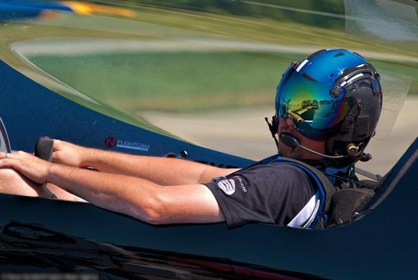 霍兰特是4届美国全国特技飞行冠军。