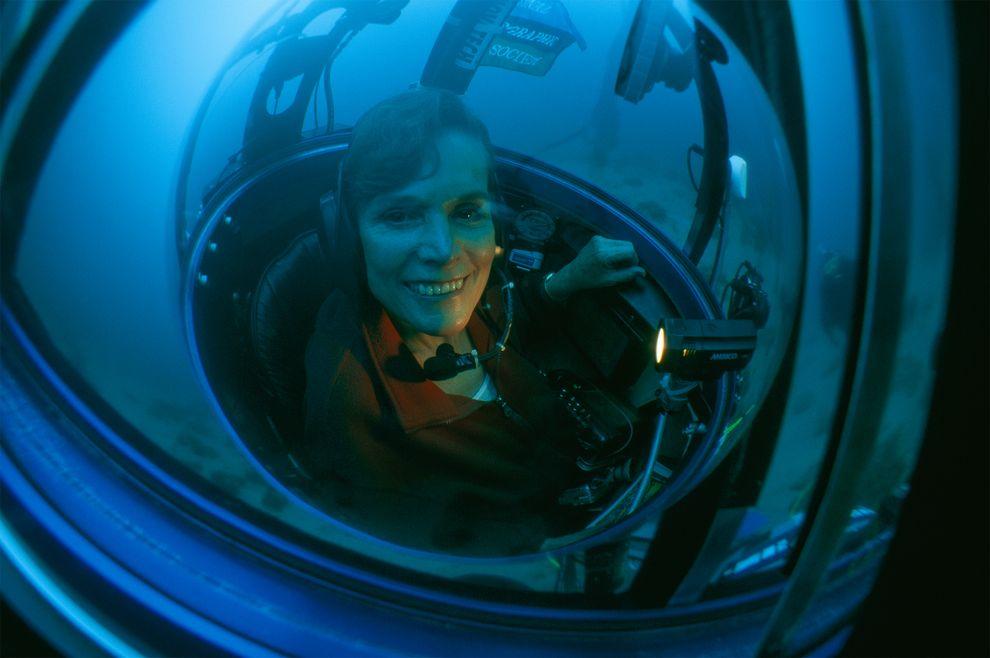 海洋生物学家席薇亚‧厄尔坐在潜水器中执行「永续海洋远征计画」。摄影:KIP EVANS, NATIONAL GEOGRAPHIC TELEVISIO