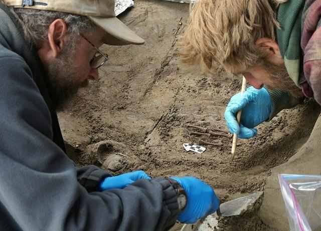 冰河时期古人类借助武器工具寄托对死者哀思