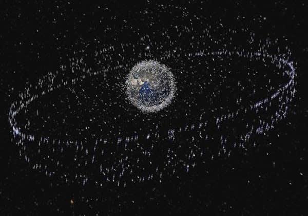 地球周围的太空垃圾极多,威胁国际空间站。