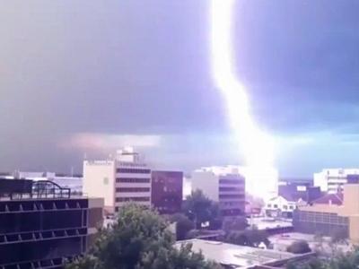 澳大利亚男子抓拍闪电击中大楼