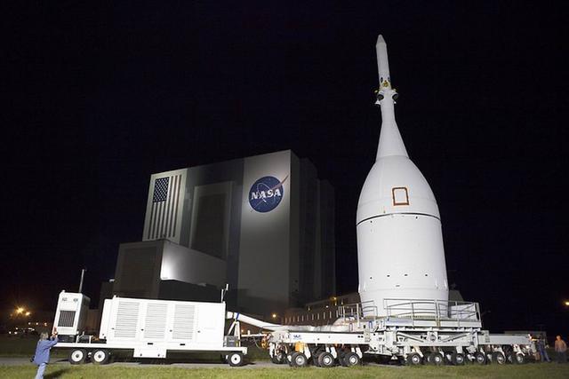 """美国宇航局""""猎户座飞船""""抵达佛罗里达州卡纳维尔角空军基地37号太空发射架蓄势待发"""