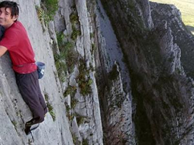 """美国冒险家参加""""光明之路攀爬""""挑战赛 在没有安全绳的情况下徒手攀上762米高悬崖"""