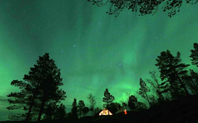 挪威山区上空的北极光