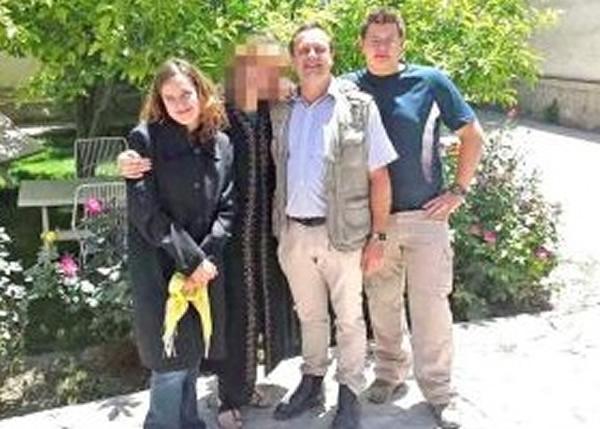 格勒内瓦尔德(右二)及其子女(右一及左一),遭塔利班武装分子炸死。