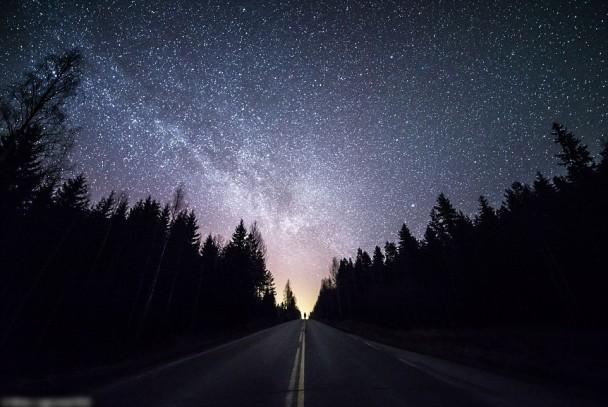 在道路两旁的树林衬托下,芬兰的夜空份外夺目。