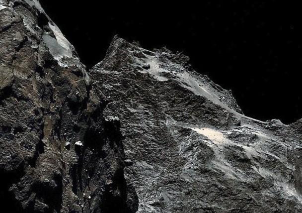 科学家早前指彗星67P的表面是炭黑色。