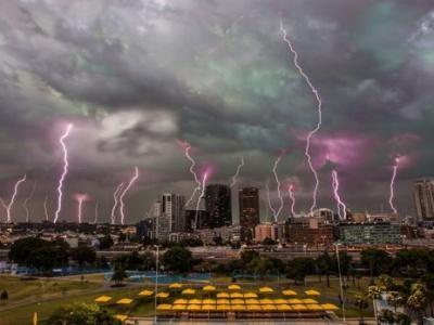 澳洲悉尼天降紫色闪电